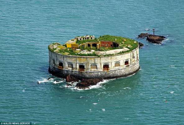 4CEFEBAA00000578-5811693-Room_with_a_view_Stack_Rock_Fort_off_Milford_Haven_is_uninhabite-a-20_1528283137555